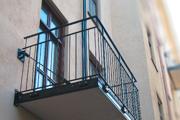 Balkongräcken och trappräcken i smide.